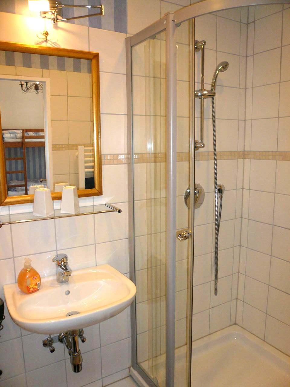 apartment bad dusche ferienwohnung schloo. Black Bedroom Furniture Sets. Home Design Ideas